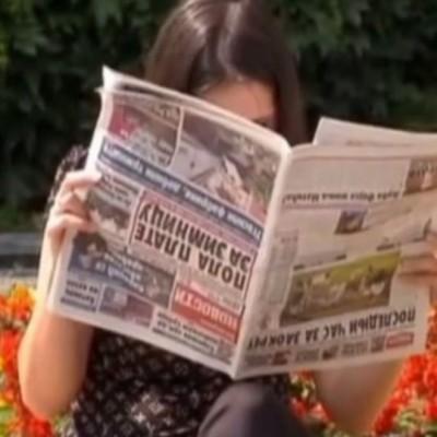 Wanita Ini Baca Koran Terbalik