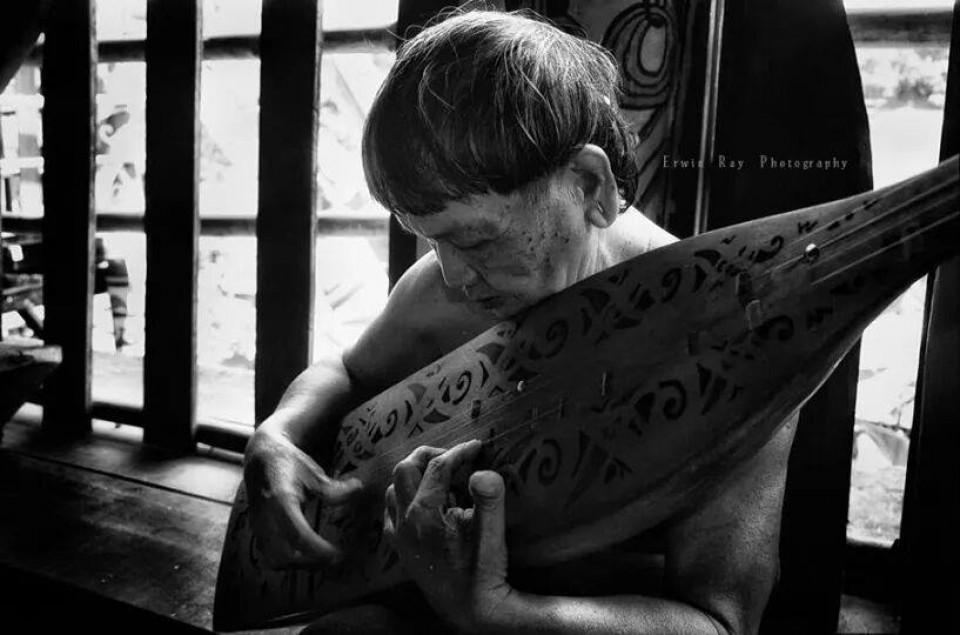 Sapeh (Sampe) Alat Musik Tradisional Dayak Borneo