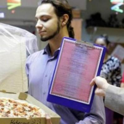 Jomblo Ini Malah Menikah Dengan Pizza